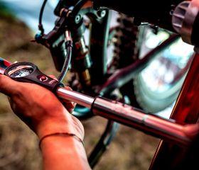 Minipumpa KLS OMNI na duše i tlumič a vidlici 300 psi manometr kellys